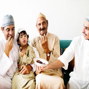 Familia marroquí comiendo